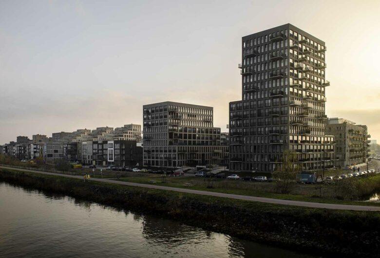 Gebouwen langs water op Zeeburgereiland in Amsterdam