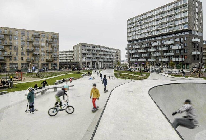 Spelende kinderen op de skatebaan op het Zeeburgereiland in Amsterdam