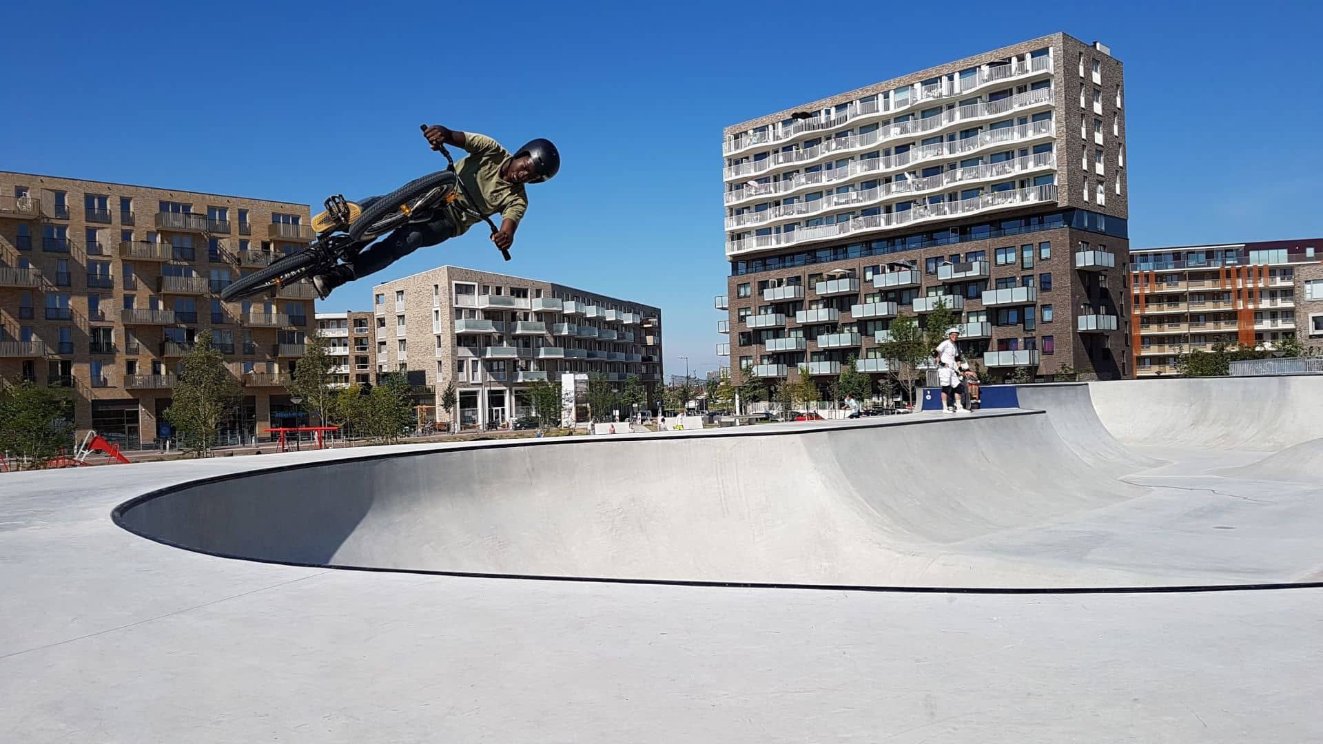 Crossfietser op skatebaan op het Zeeburgereiland in Amsterdam