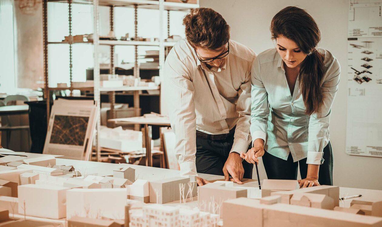 Mensen die kijken naar een maquette voor project- en procesmanagement