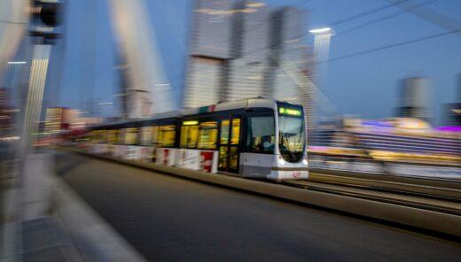 Tram op Erasmusbrug in Rotterdam