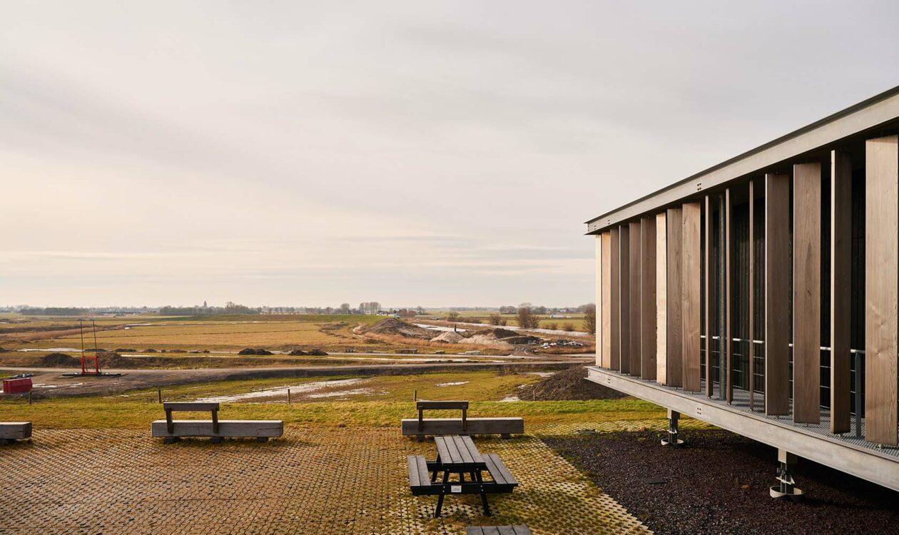 Gebouw en picknickbanken op Energiecampus in Leeuwaren