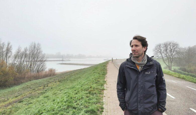 Durk de Vries van Sweco wandelend op een dijk