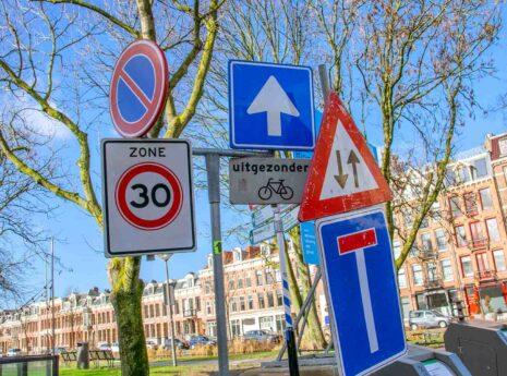 Wildgroei aan verkeersborden langs de weg