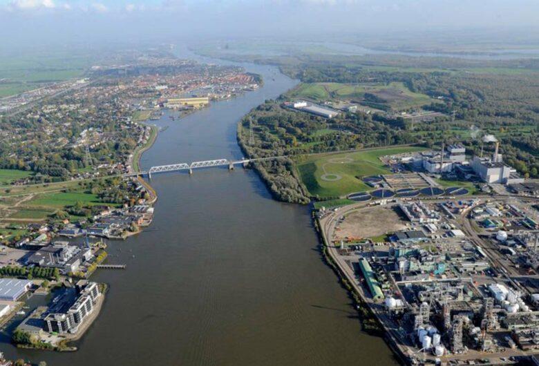 Luchtfoto van bedrijventerrein Chemours in Dordrecht